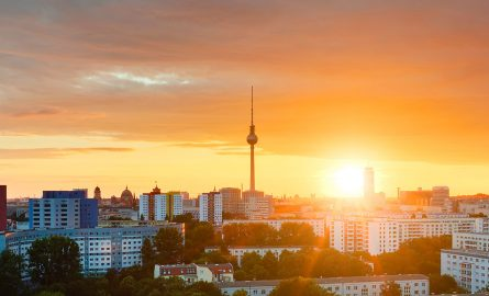 Berliner Fernsehturm im Sonnenuntergang