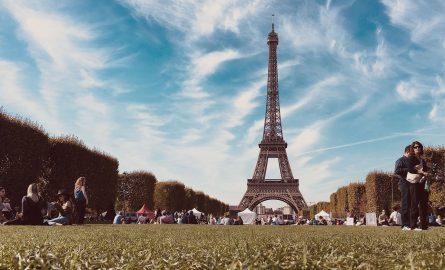Wiese vor dem Eiffelturm in Paris