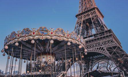 Karussel vor dem Eiffelturm in Paris